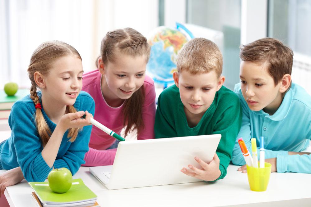 dzieci przed komputerem